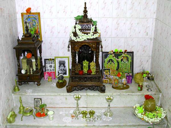 Puja ghar mein purvajon ki tasweer kyon nahin rakhni chahiye