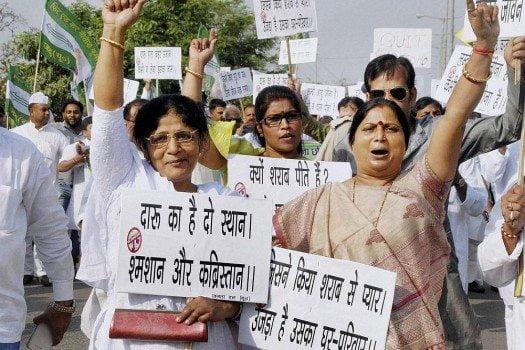 गुरुग्राम में शराब की दुकानों के खिलाफ महिलाओ का आंदोलन