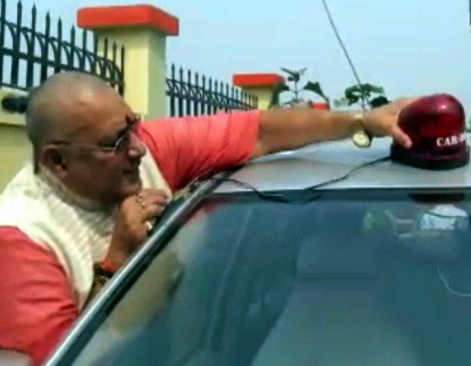 नेताओ की गाड़ी से हटेंगी लाल बत्ती