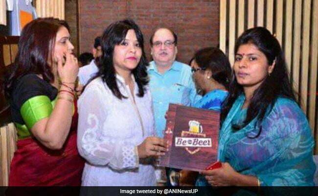 उत्तर प्रदेश मंत्री स्वाती सिंह के बीयर बार का फीता काटने पर उठा विवाद