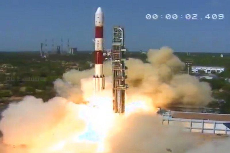 इसरो ने 30 सह-यात्री उपग्रहों के साथ कार्टोसैट -2 उपग्रह का शुभारंभ किया